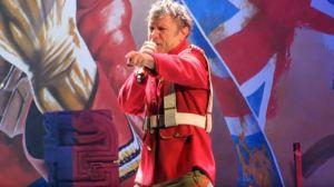 Bruce cantando Trooper sin la bandera