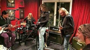 Adrian Smith en jam junto a Robert Trujillo (Metallica), Taylor Hawkins (Foo Fighters), Richie Kotzen (ex Poison, ex Mr. Big) y Howie Simon (ex Alcatrazz).